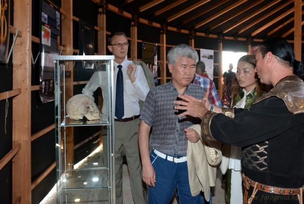 Bíró András Zsolt mutattja be a kiállítást Mukhamediuly Arystanbeknek a Kazak Köztársaság kulturális miniszterének