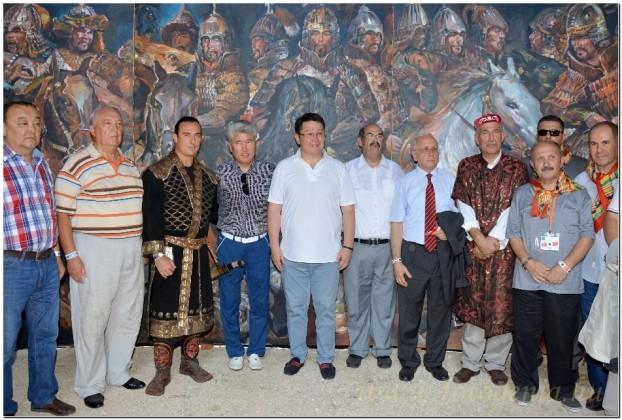 """Bíró András Zsolt alapítványi elnök és Mukhamediuly Arystanbek kazak  kulturális miniszter a kazak és a török küldöttség vezetőivel az """"Atilla Sátrában"""" a Kurultaj kiállító óriásjurtájában"""