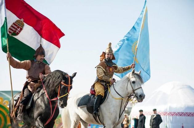 """""""Altájtól a Dunáig"""" nevű ünnepi programon Kazakisztán fővárosában, Asztanában: magyar és kazak zászlós lovas hagyományőrzők"""