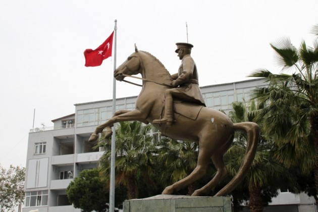 Atatürk lovasszobra