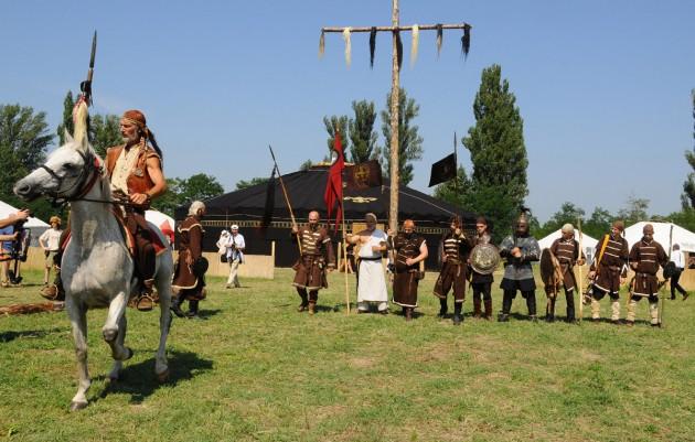 Hagyományőrző csapat (Bagatur) az óriás jurta előtt