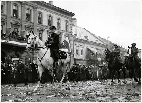 Kassa - Horthy Miklós kormányzó bevonulása, virágszőnyegen