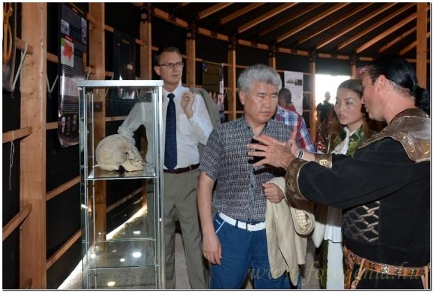 2014-ben Bíró András Zsolt mutatta be a hun kiállítást Mukhamediuly Arystanbek kazak miniszternek és Rétvári Bence magyar államtitkárnak