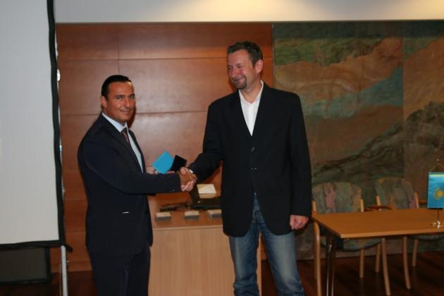 Az emlékérem átadása Bíró András Zsolt antropológusnak, a Magyar-Turán Alapítvány elnökének.