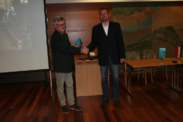 dr. Baranyi András, Magyarország kazaksztáni nagykövete átadja az emlékérmet dr. Korsós Zoltánnak a Magyar Természettudományi Múzeum főigazgatójának