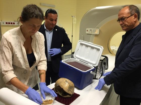 Kustár Ágnes, Bíró András Zsolt antropológusok és Nursan Alimbay igazgató a kazak nemzeti hős koponyájának CT vizsgálatakor