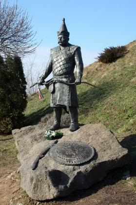 A vár tövében Szabolcs vezér szobra áll