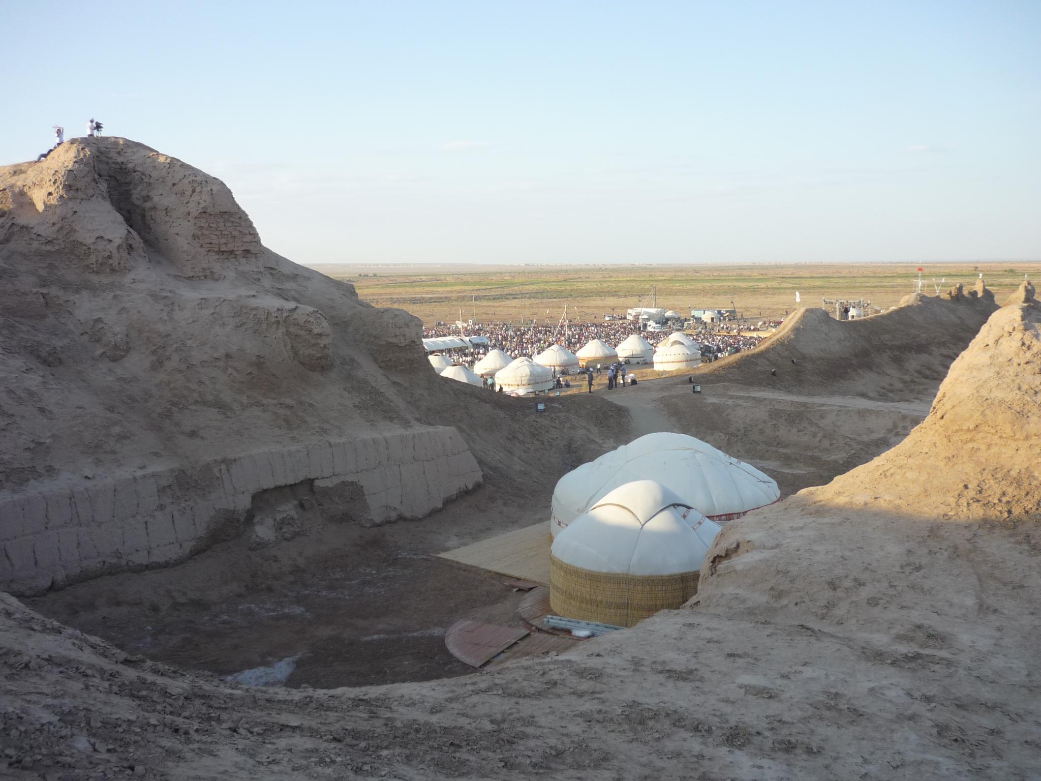 Toprak kala, az erőd belseje jurtákkal, előtte a jurta tábor az ünnepség színhelye