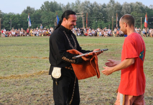 Bíró András Zsolt átadja az első helyezett díját: a magyar szablyát