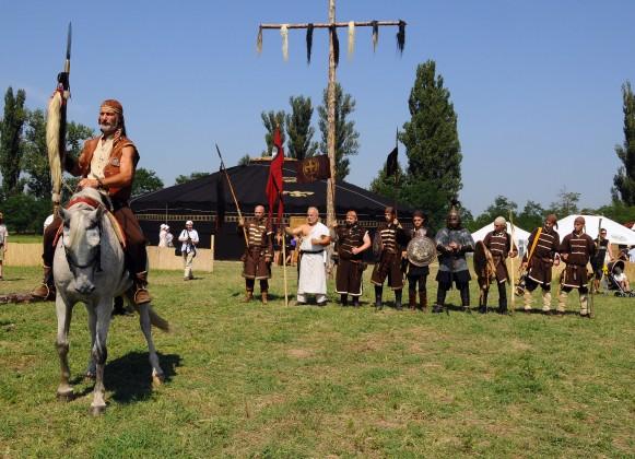 Hagyományőrző csapat (Bagatur) az óriásjurta előtt