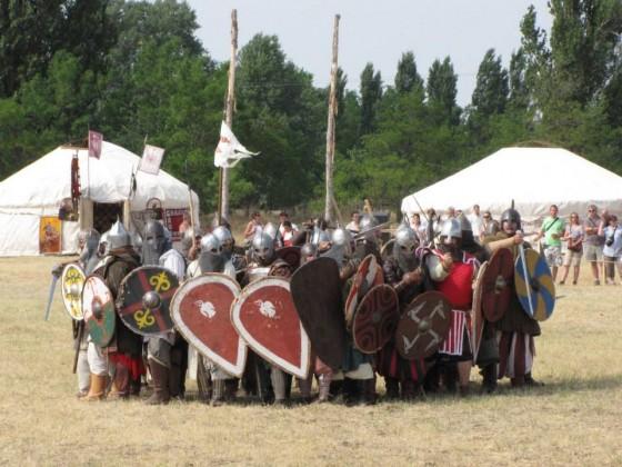 A páncélosok a lovasok támadását alakzatban várják