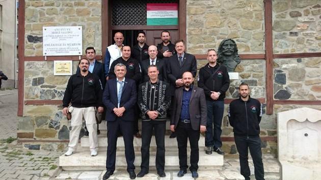 A Magyar - Turán Alapítvány küldöttsége és török vendéglátóik a Rákóczi emlékháznál Tekirdağban (Rodostó)